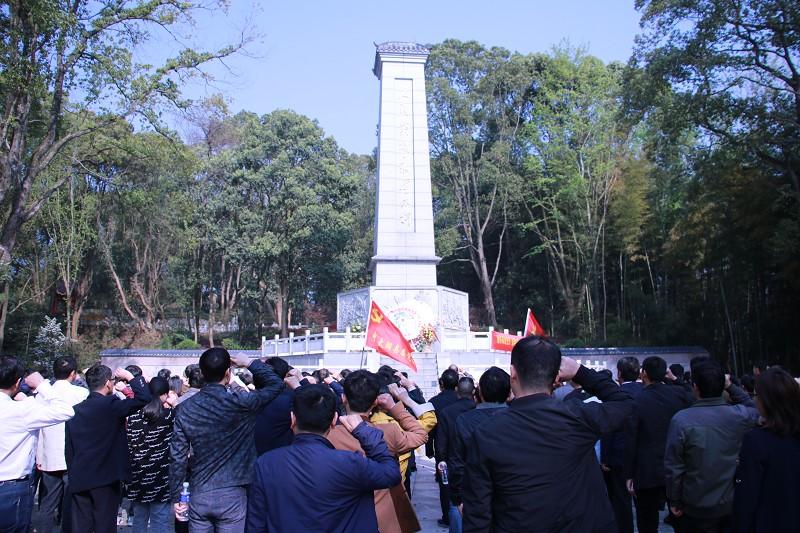 县委党校组织职工、学员开展缅怀革命先烈清明节祭扫活动